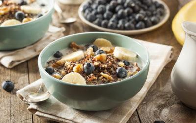 Ovesná kaše s quinoa lupínky, vlašskými ořechy a ovocem